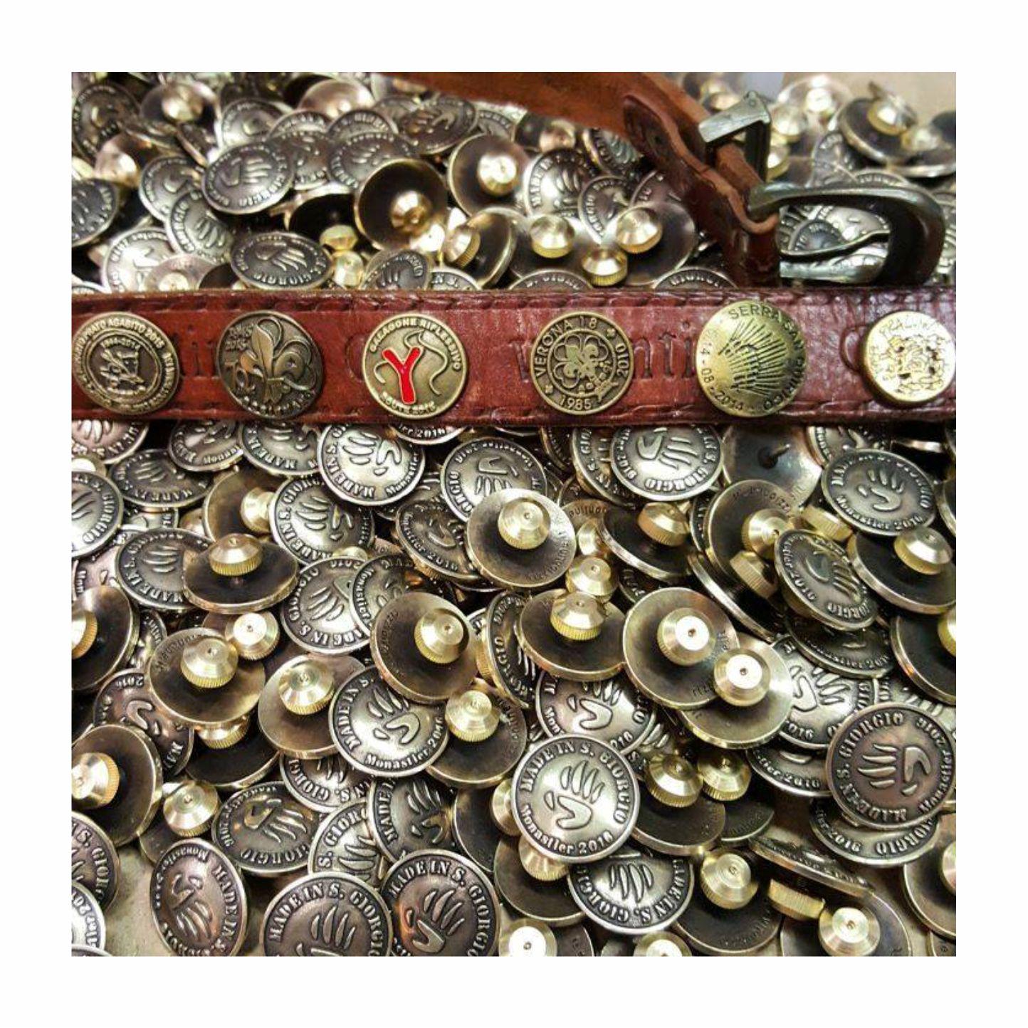 Distintivi per cintura in metallo ottonato ed anticato