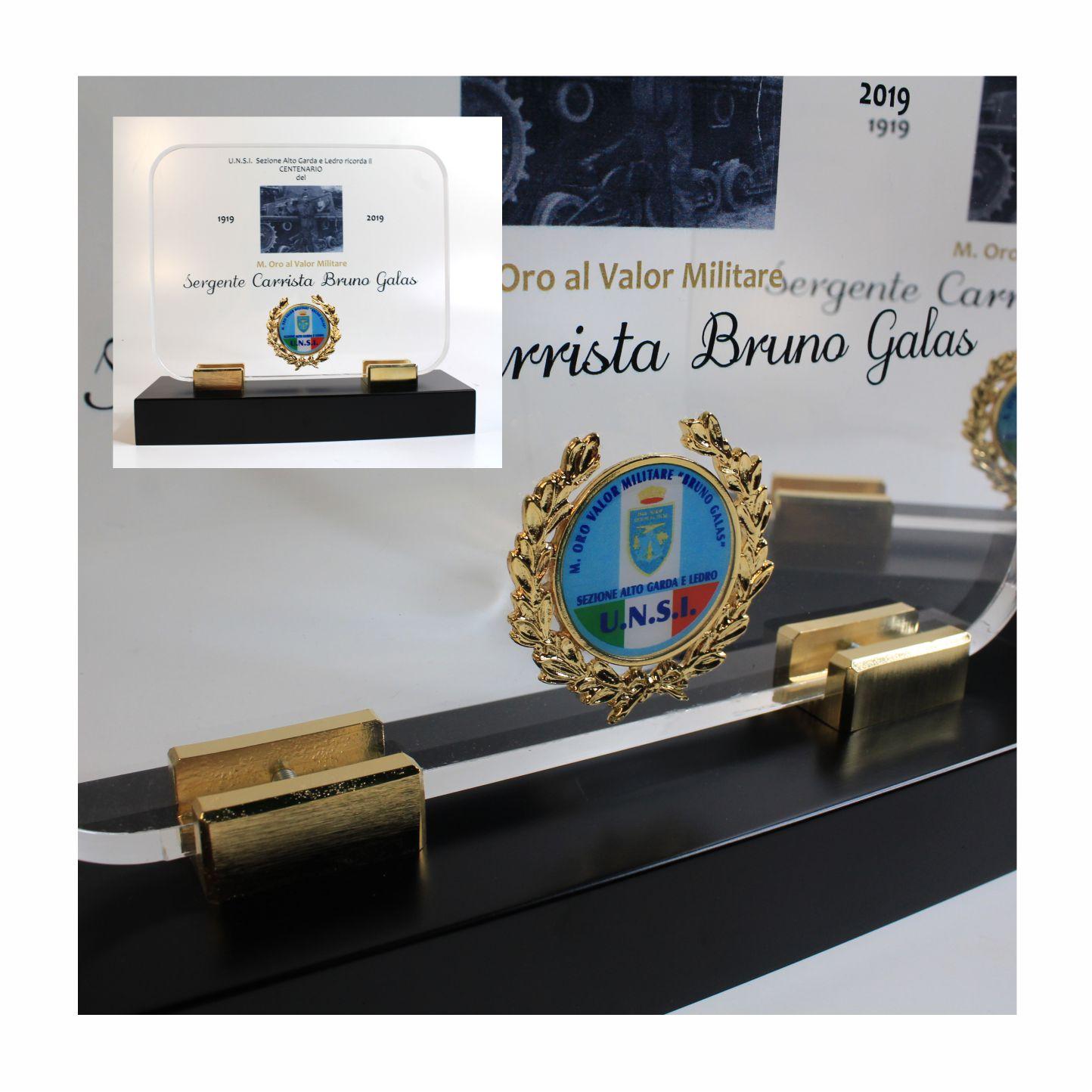 Targa in plexiglas stampata con applicazione in metallo dorato.