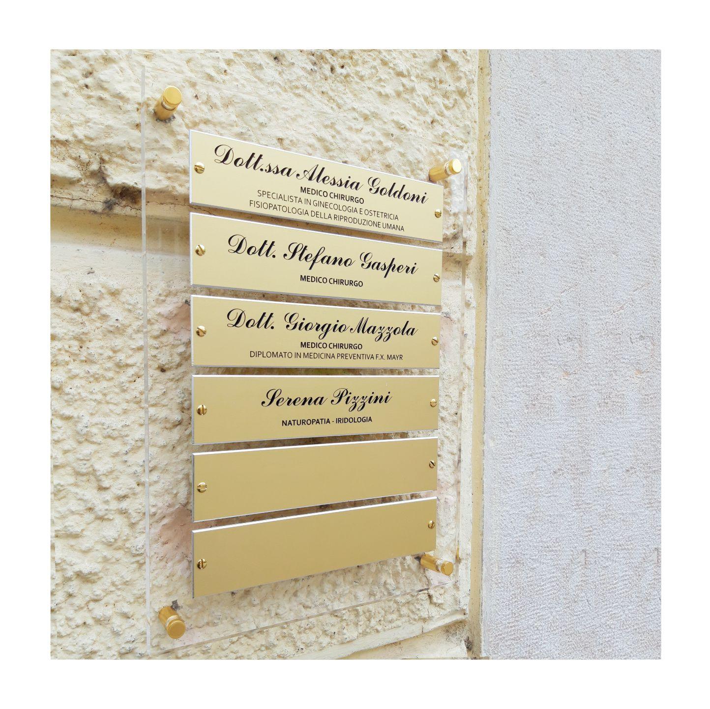 Impianto targa con base in metacrilato e targhette applicate in alluminio oro