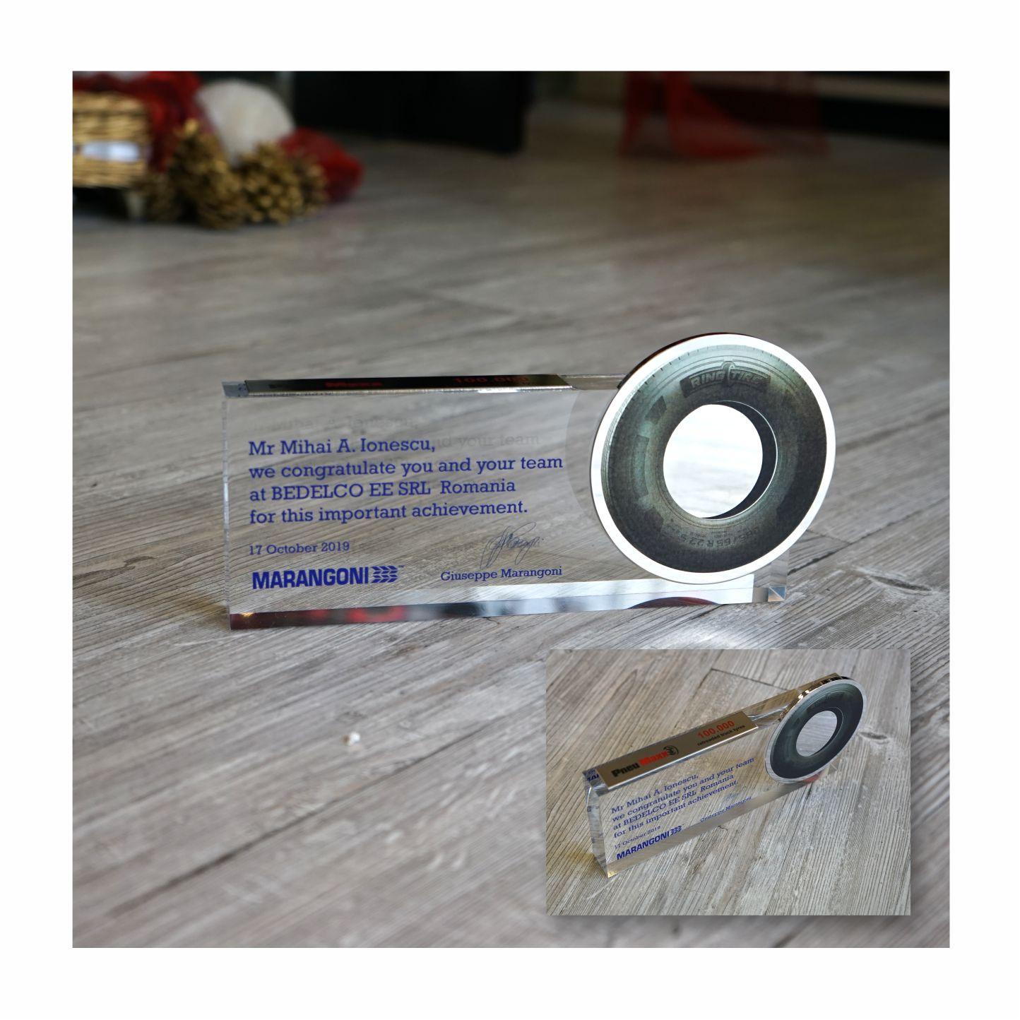 Targa in plexiglas stampato con applicazione in metallo nikelato e stampato